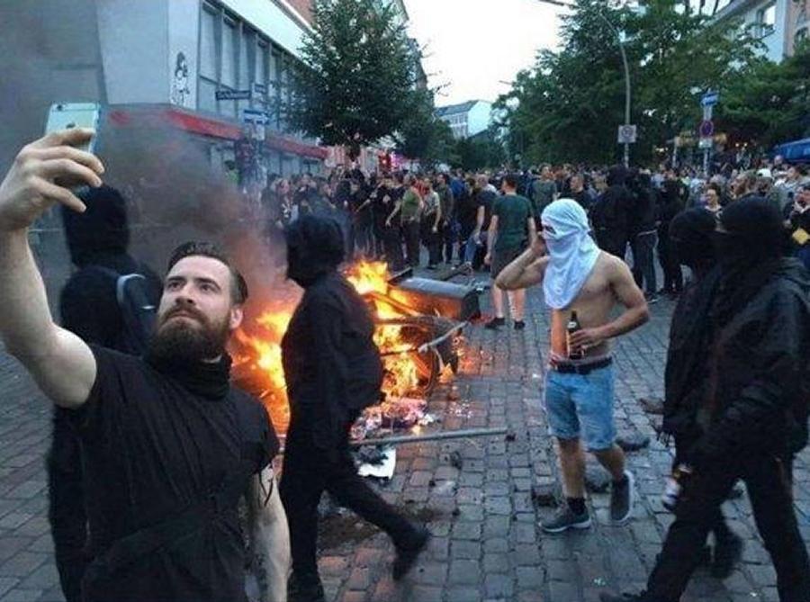 Počkajte, len sa na tomto antiimperialistickom proteste odfotím mojim iPhonom