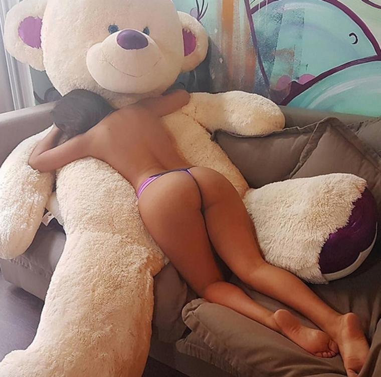Medveď si to užíva