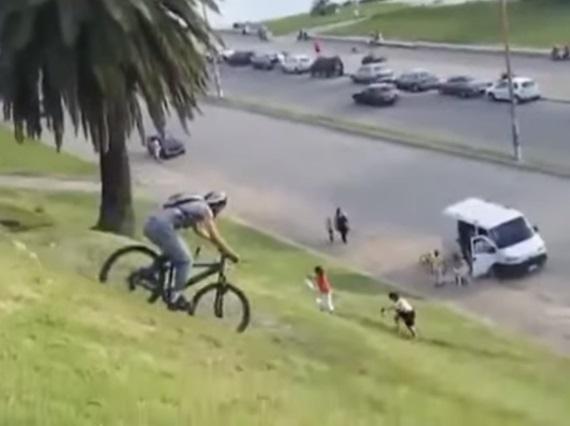 Uff, ešte že ho zastavil, inak by nabúral do zaparkovaného auta