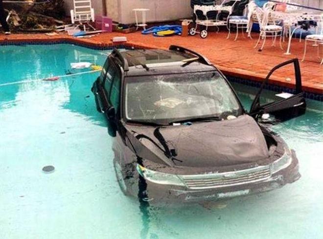 Teraz neviem, žena zaprakovala, či umýva auto?