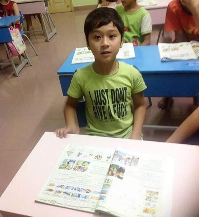 Číňania a anglické tričká