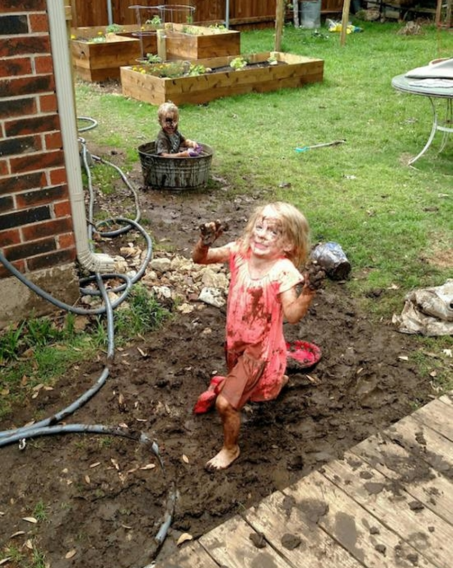 Keď necháte deti sáme v záhrade