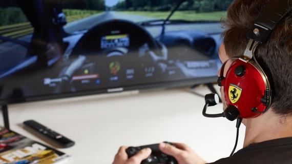 Thrustmaster prináša špeciálny herný headset pripomínajúci slúchadlá technikov Ferrari F1