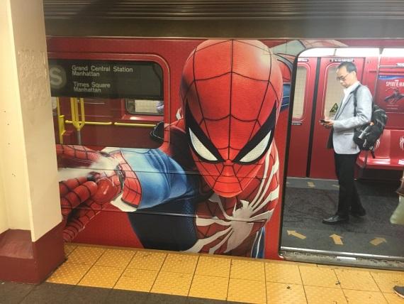 Spider-Man obsadil metro v New Yorku a ponúka nový trailer