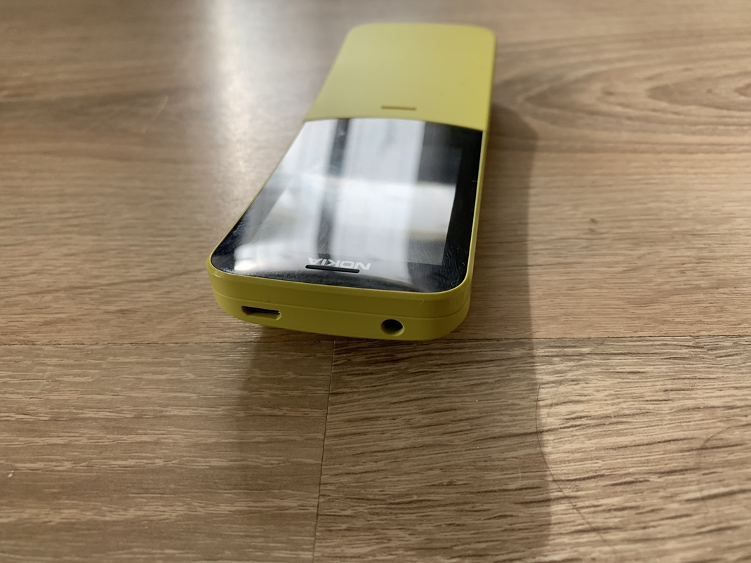Nokia 8110 4G - banana phone Nechýba 3,5 mm jack a USB port.